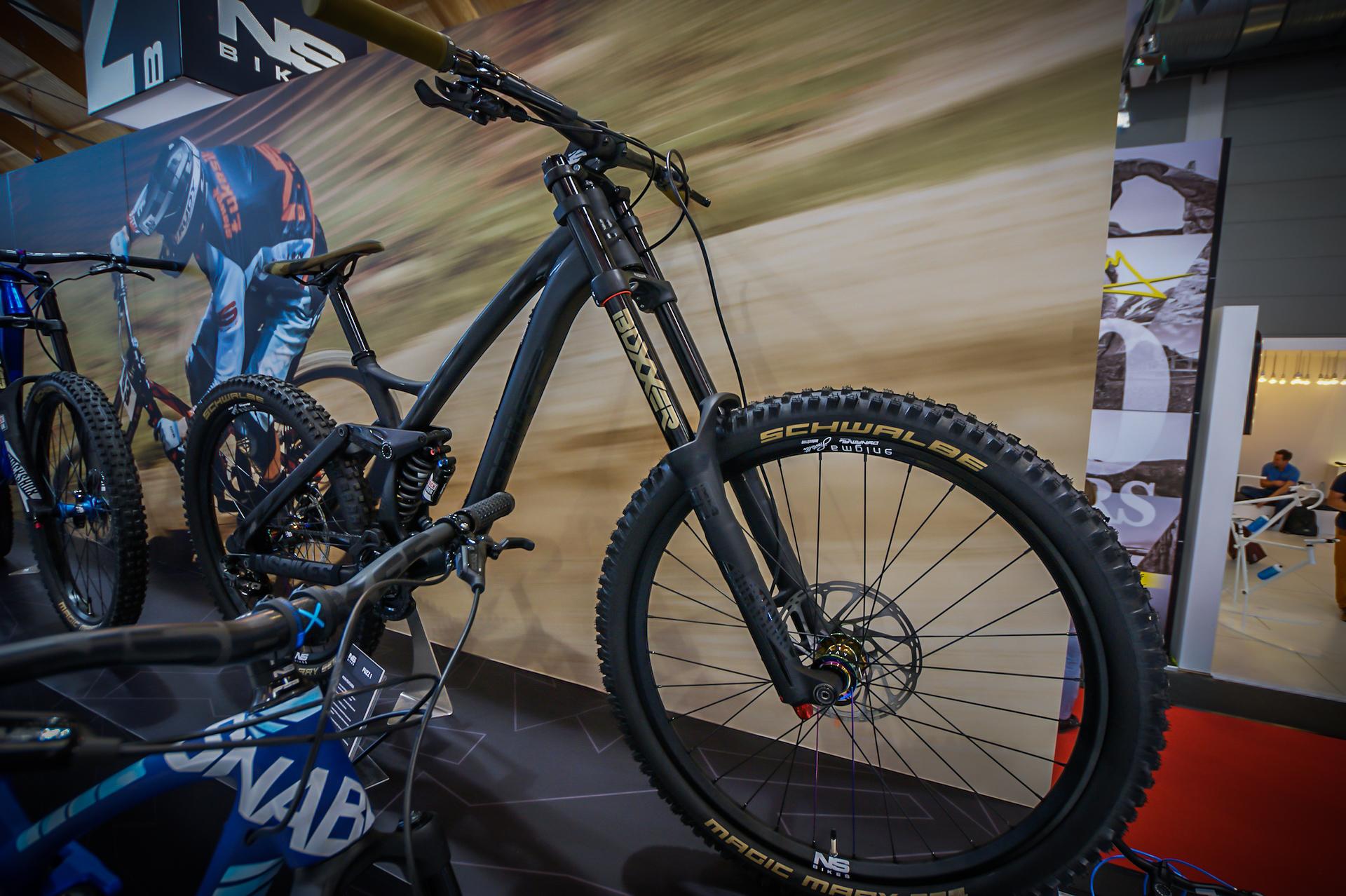 NS Bikes Fuzz 1 - czerń z petrolowymi piastami.